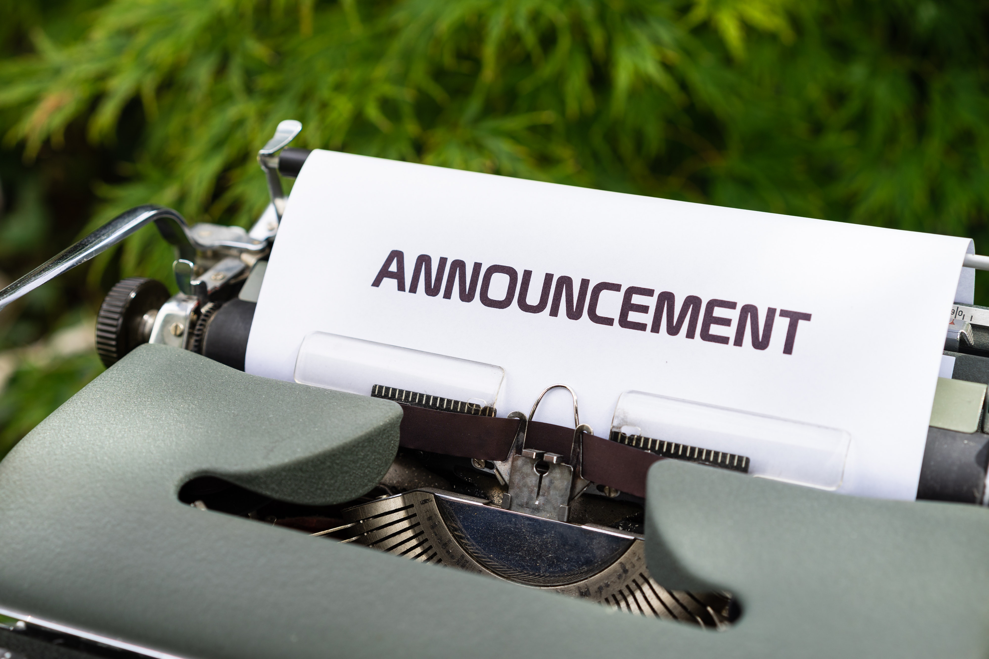 typewriter-with-paper-that-says-announcement